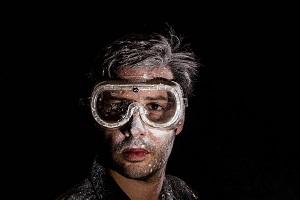Mann mit Schutzbrille
